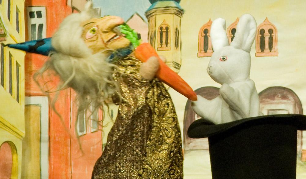 Theaterstück Der Zauberer Hurilaguri und der kleine weiße Hase in Eliszis Jahresmarkttheater Stuttgart